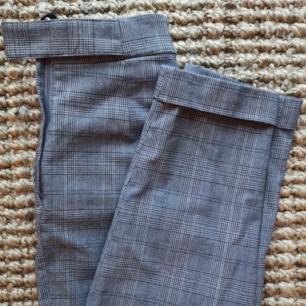 Kostymbyxor från Hm, knäppning på sidan med dragkedja och insytt bälte. Använda men i bra skick!