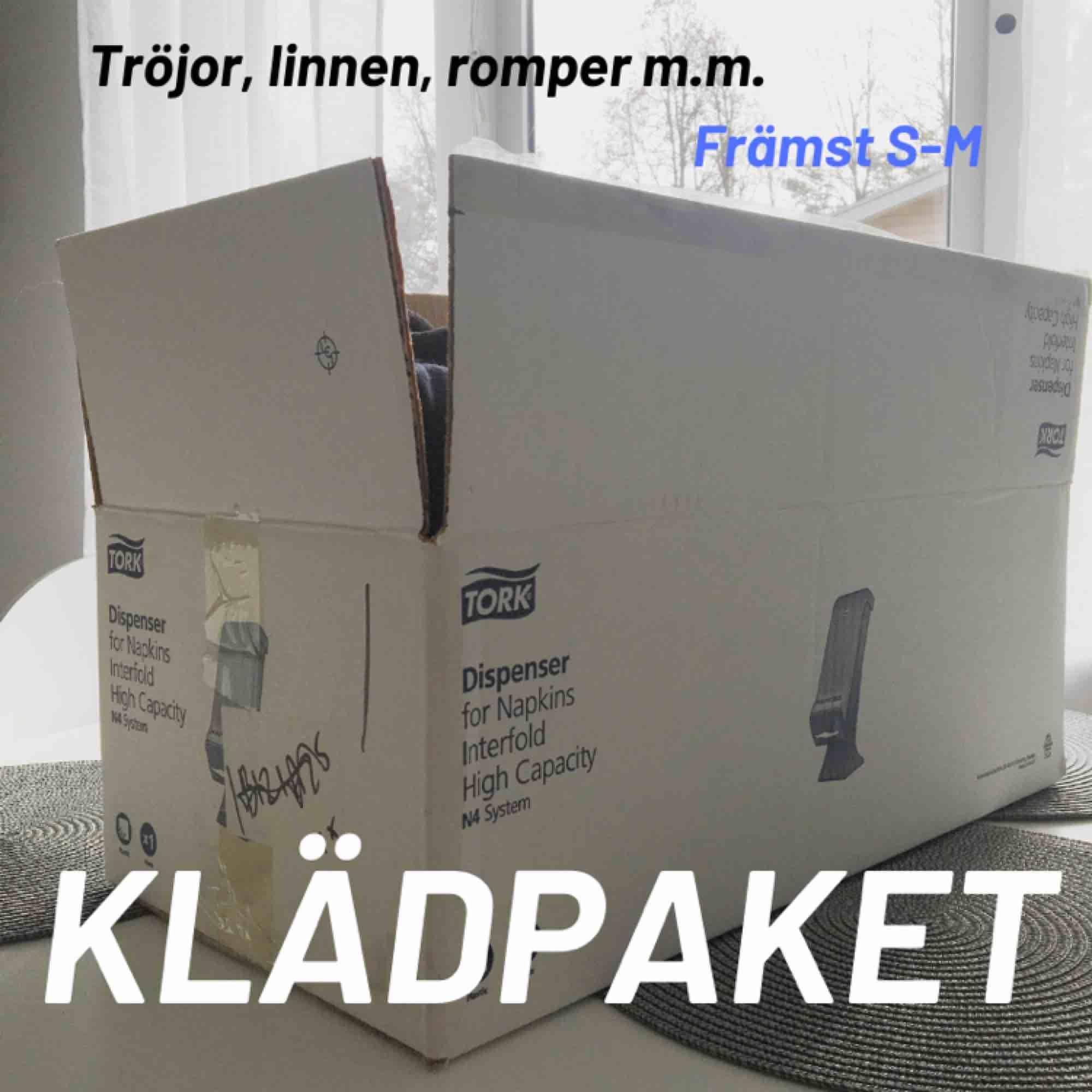 🌺Säljer ett klädpaket med runt 20 plagg. Toppar, tröjor, linnen, shorts m.m.   🌺150kr + eventuell frakt! Vill bli av med det så fort som möjligt  🌺Finns i Borås/Göteborg. Kan skickas men då står köparen för frakten  . Toppar.