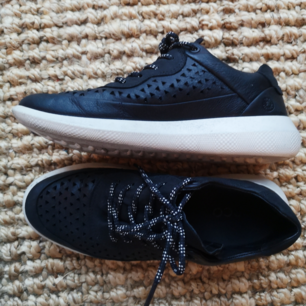 Sneaker från Ecco i svart läder. Perfekt för jobb. Använda endast ett par gånger!