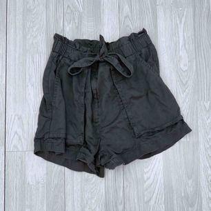 Grå/gröna högmidjade shorts man knyter, storlek 44 från hm.  Passar mindre om man vill ha dem oversized. Använt skick.  Möts upp i Stockholm eller fraktar.  Frakt kostar 59kr extra, postar med videobevis/bildbevis. Jag garanterar en snabb pålitlig affär!✨