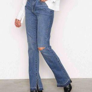 Snygga stilsäkra jeans från Nelly.Com med slits nere vid foten och bootcut. Ingen stretch men ändå snygg passform, för tighta för mig i midjan jag brukar ha 28-30