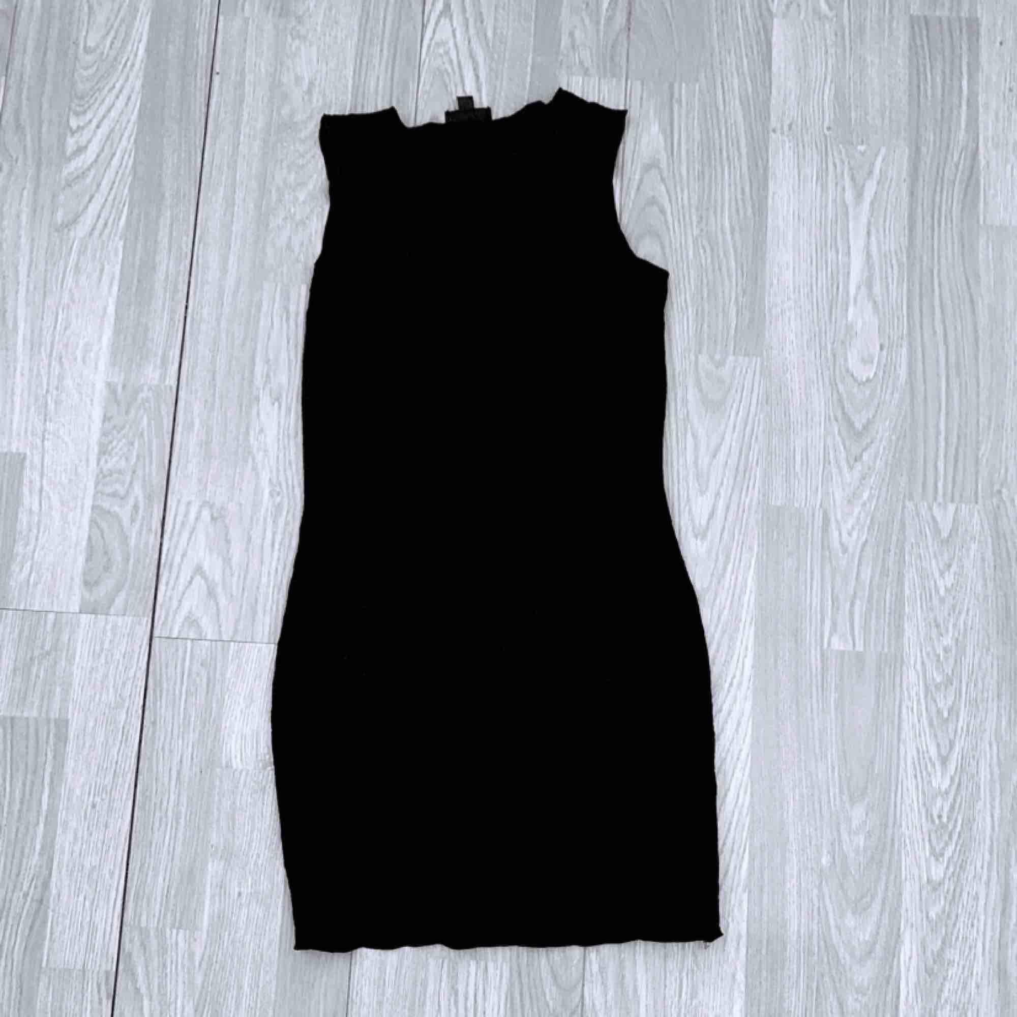 Svart tunn klänning från Topshop storlek 36, fint skick.  Möts upp i Stockholm eller fraktar.  Frakt kostar 36kr extra, postar med videobevis/bildbevis. Jag garanterar en snabb pålitlig affär!✨. Klänningar.