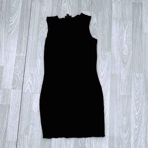 Svart tunn klänning från Topshop storlek 36, fint skick.  Möts upp i Stockholm eller fraktar.  Frakt kostar 36kr extra, postar med videobevis/bildbevis. Jag garanterar en snabb pålitlig affär!✨