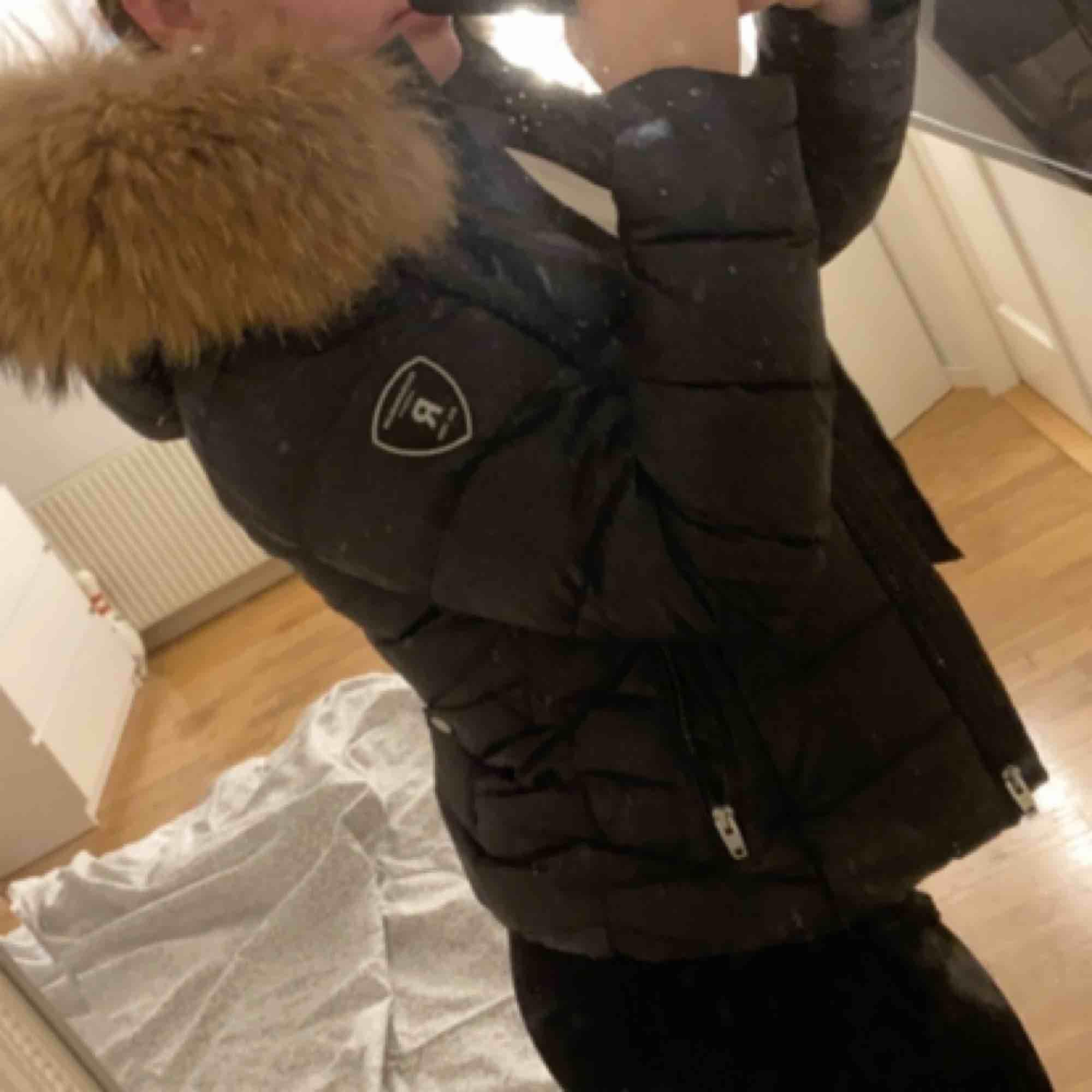 En fin rock and blue jacka i storlek 38 passar även storlek 36. Endast använd en vinter. Äkta päls. Pris: 2500 men kan sänka vid snabb affär. Jackor.
