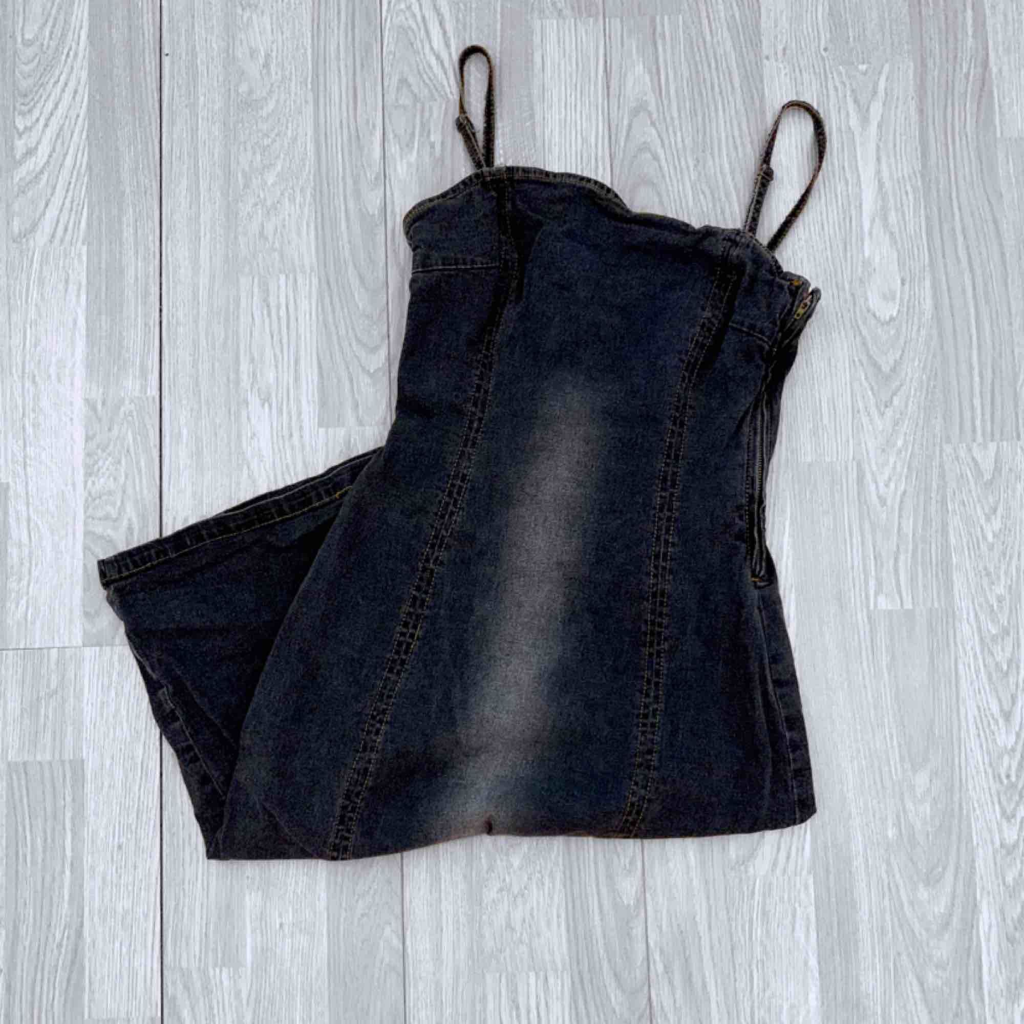 Vintage grå lång klänning med slits i ett jeansmaterial från vero moda storlek M.  Möts upp i Stockholm eller fraktar.  Frakt kostar 63kr extra, postar med videobevis/bildbevis. Jag garanterar en snabb pålitlig affär!✨. Klänningar.