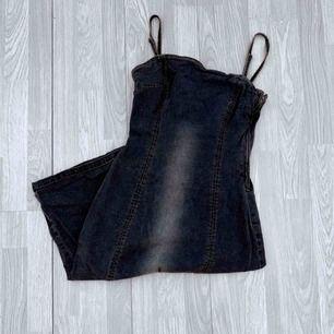Vintage grå lång klänning med slits i ett jeansmaterial från vero moda storlek M.  Möts upp i Stockholm eller fraktar.  Frakt kostar 63kr extra, postar med videobevis/bildbevis. Jag garanterar en snabb pålitlig affär!✨