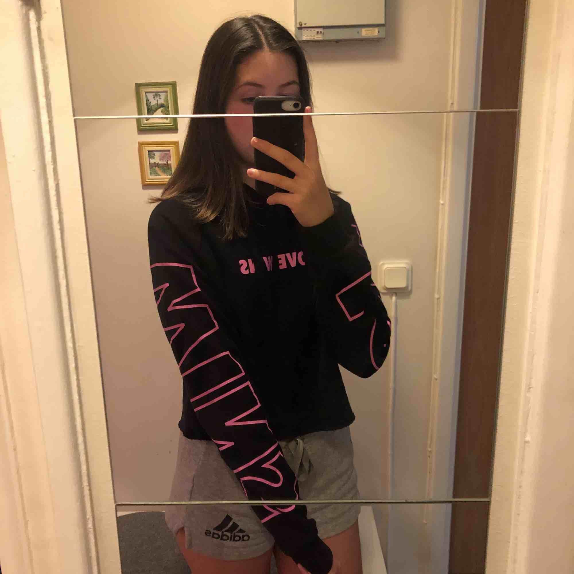 Svart hoodie med rosa text på bröst å ärmar. Använd 2 gånger men är i nyskick. Säljer då den inte kommer till användning längre :). Tröjor & Koftor.