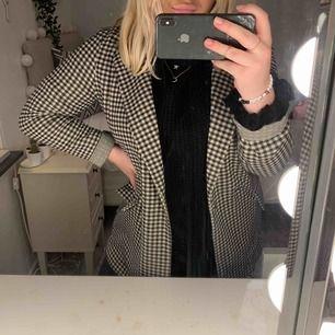 en superfin och skön kappa. använd ca 3 gngr. är ca 1,55 cm lång och den går över rumpan på mig. nypris 299kr.