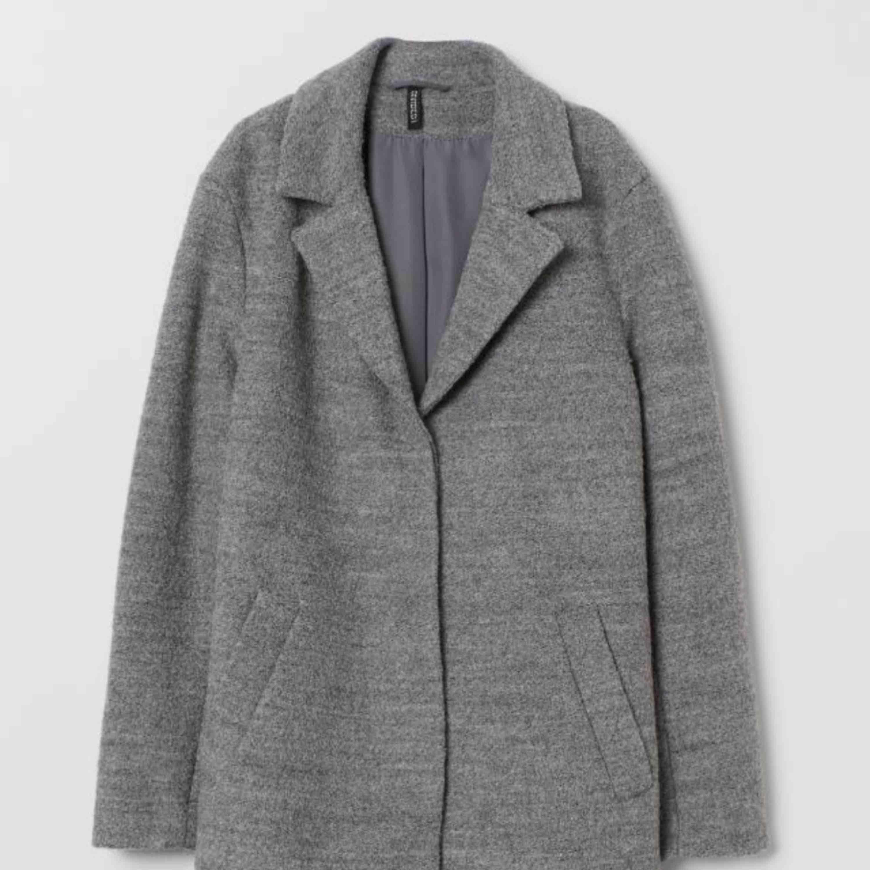 Jag säljer min gråa kappa från hm som är helt ny,jag säljer den pga jag ej fått användning av den  Jag köpte den ny för 499kr . Jackor.