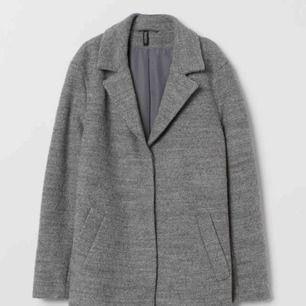 Jag säljer min gråa kappa från hm som är helt ny,jag säljer den pga jag ej fått användning av den  Jag köpte den ny för 499kr