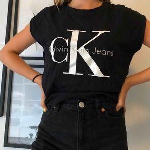 Svart skön snygg Calvin Klein topp.  Storlek: XS/S Nyskick (Köpt för: 499kr)  Startpris: 99 kr Köparen står för frakt!