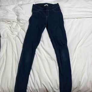Blåa tajts, jeans liknande byxor. Använd fåtal gånger och är som ny. Säljer då de inte använd längre.