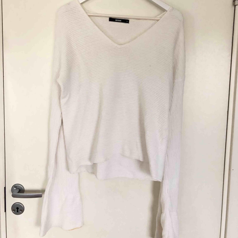 Vit stickad tröja med utåtsvängda ärmar, använd fåtal gånger. Frakt ingår inte i priset:). Tröjor & Koftor.