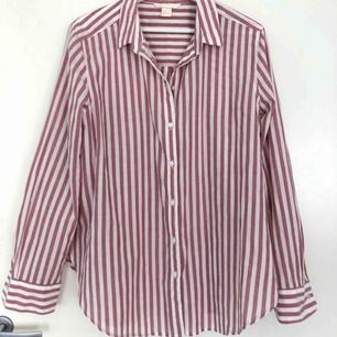 Vit/rosarandig skjorta, aldrig använd. Frakt ingår inte i priset:)