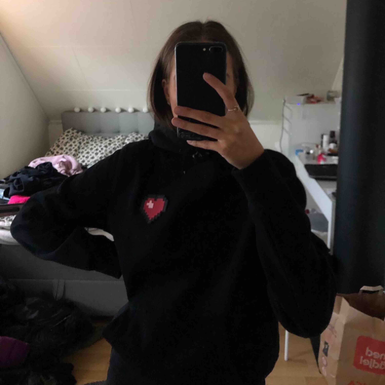 Svart hoodie från herravdelningen med ett hjärta, använd fåtal gånger. Frakt ingår inte i priset:). Huvtröjor & Träningströjor.