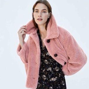 Rosa teddyjacka från Zara i storlek M. Köpt förra hösten och är i otroligt bra skick. Tjockare material så passar bra till vintern. Färgen är mer lik första bilden än de andra där det är dåligt ljus!   Frakt ingår inte i priset:)