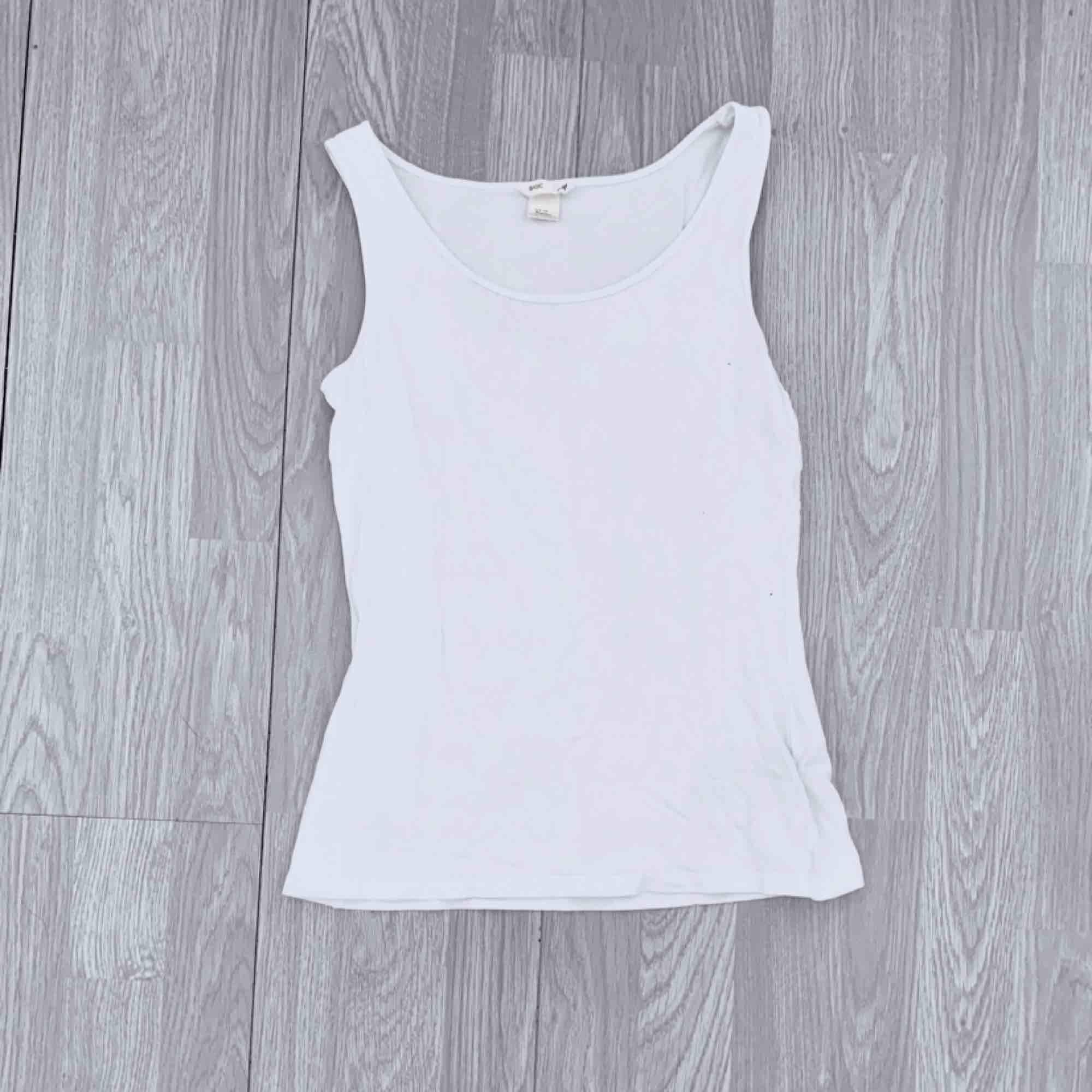 Välanvänt vitt basic linne från hm storlek 170.  Möts upp i Stockholm eller fraktar.  Frakt kostar 18kr extra, postar med videobevis/bildbevis. Jag garanterar en snabb pålitlig affär!✨. Toppar.