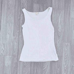 Välanvänt vitt basic linne från hm storlek 170.  Möts upp i Stockholm eller fraktar.  Frakt kostar 18kr extra, postar med videobevis/bildbevis. Jag garanterar en snabb pålitlig affär!✨