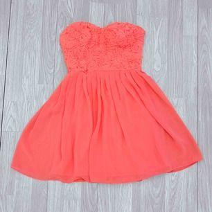 Superfin kort rosa klänning från Elise Ryan storlek 36. Fint skick.  Möts upp i Stockholm eller fraktar.  Frakt kostar 59kr extra, postar med videobevis/bildbevis. Jag garanterar en snabb pålitlig affär!✨