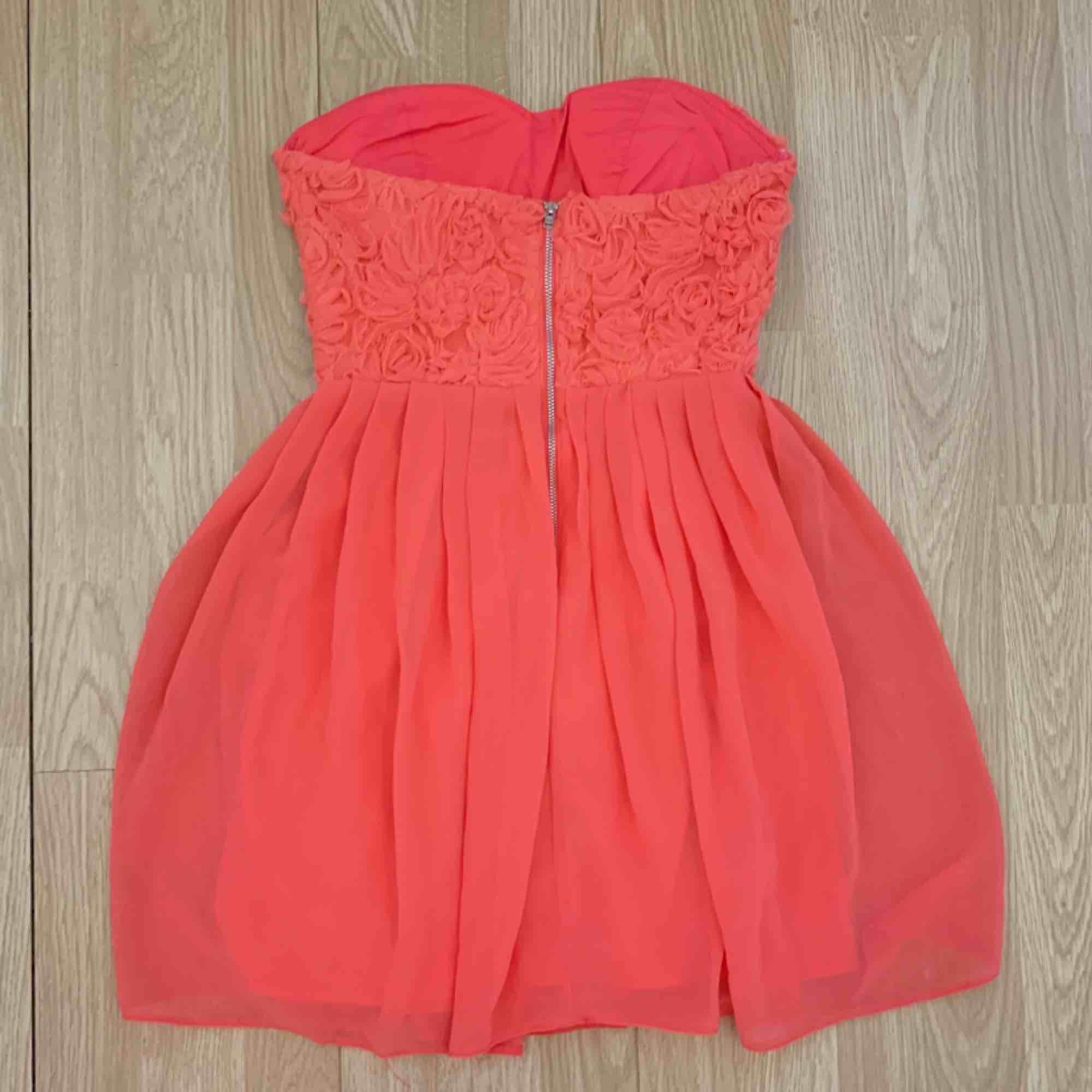 Superfin kort rosa klänning från Elise Ryan storlek 36. Fint skick.  Möts upp i Stockholm eller fraktar.  Frakt kostar 59kr extra, postar med videobevis/bildbevis. Jag garanterar en snabb pålitlig affär!✨. Klänningar.