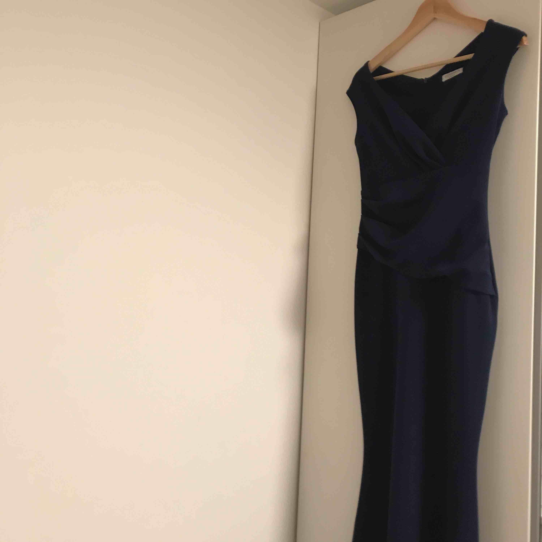 Balklänning/ Mörk Blå/  storlek 38  jätte fin skick. Används endast en gång som jag var brudtärna😊  Ny Pris 1200:-. Klänningar.