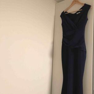 Balklänning/ Mörk Blå/  storlek 38  jätte fin skick. Används endast en gång som jag var brudtärna😊  Ny Pris 1200:-