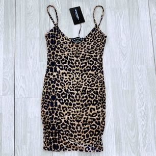 NY leopardklänning från Pretty Little Thing storlek 36.  Möts upp i Stockholm eller fraktar.  Frakt kostar 36kr extra, postar med videobevis/bildbevis. Jag garanterar en snabb pålitlig affär!✨