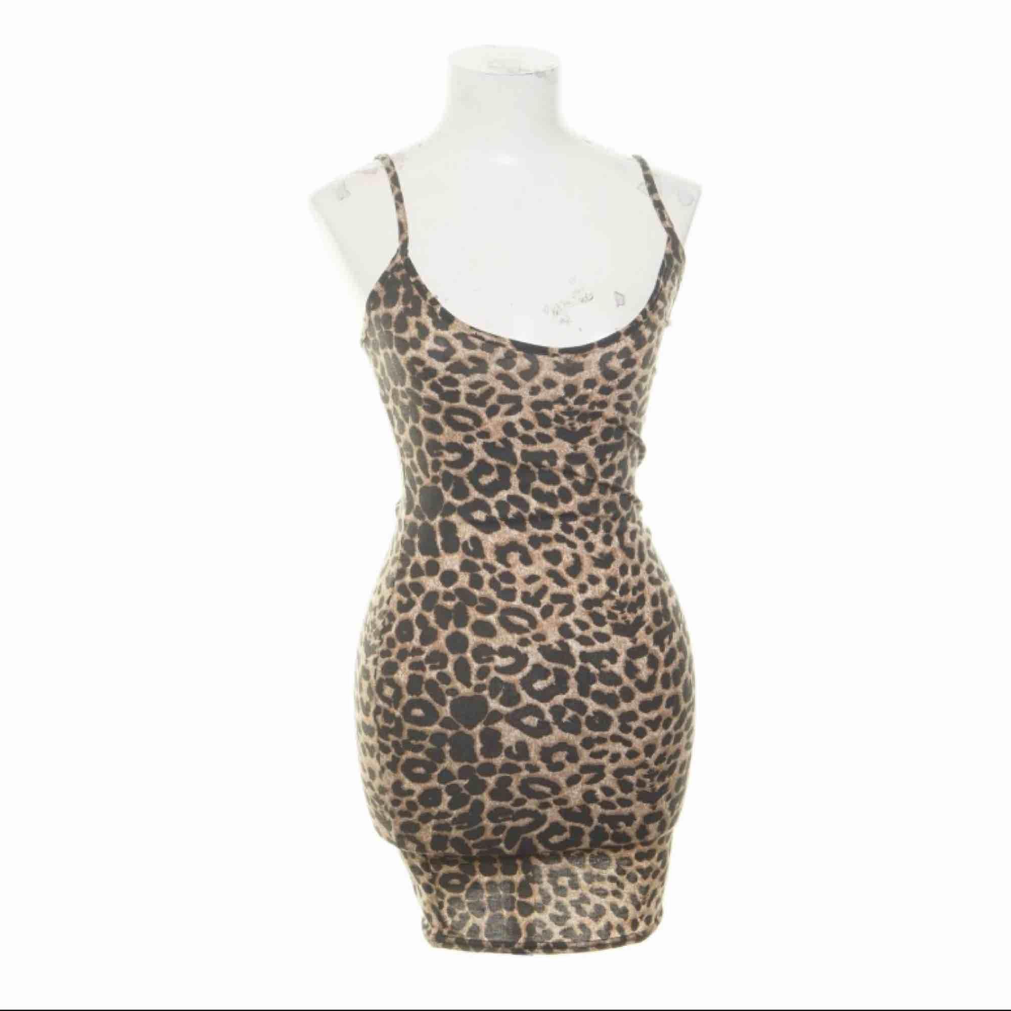 NY leopardklänning från Pretty Little Thing storlek 36.  Möts upp i Stockholm eller fraktar.  Frakt kostar 36kr extra, postar med videobevis/bildbevis. Jag garanterar en snabb pålitlig affär!✨. Klänningar.