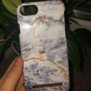 Ett jättefint Ideal of Sweden skal som inte riktigt kommit till användning☁️ Passar iPhone 8. Dm:a vid intresse, pris kan diskuteras!🦋  (Köparen står för frakten, 9kr!!)❗️❗️
