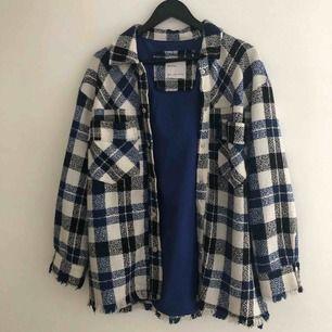Skitsnygg rutig skjorta/jacka/overshirt från Bershka!! Använd MAX 3 gånger och är storlek M-L men tycker den är perfekt oversized på mig som är S!