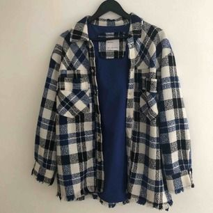 Skitsnygg rutig skjorta/jacka/overshirt från Bershka!! Använd MAX 3 gånger och är storlek M-L men tycker den är perfekt oversized på mig som är S! Vid flera köpare vinner högsta budet💕