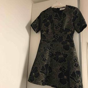 Sjukt snygg svart o glittrig klänning att ha på nyår. Klänning har väldigt fint skick. Används endast två gånger.
