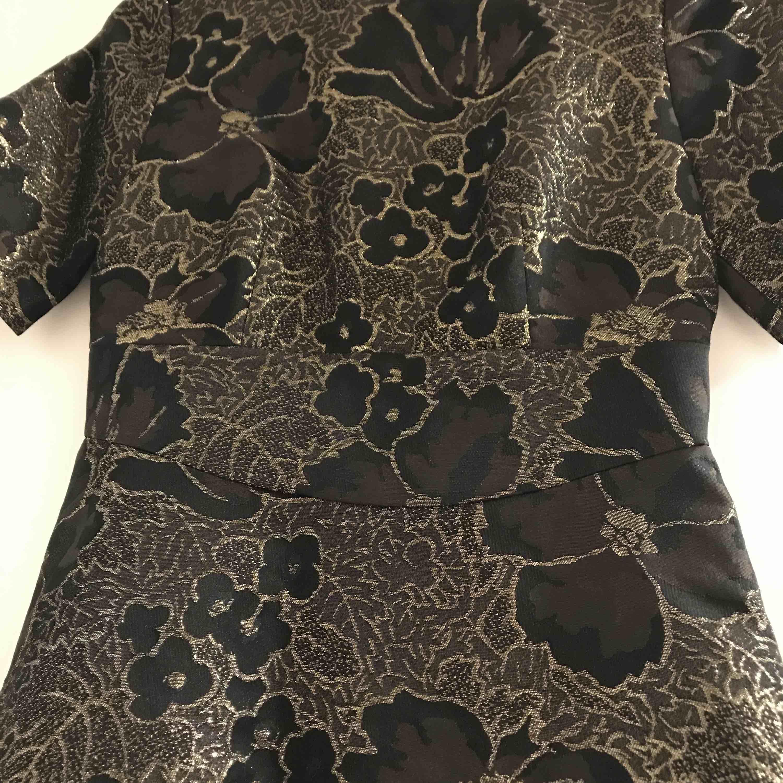 Sjukt snygg svart o glittrig klänning att ha på nyår. Klänning har väldigt fint skick. Används endast två gånger. . Klänningar.