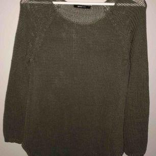 grön stickad tröja, använd fåtal gånger. köparen står för frakt