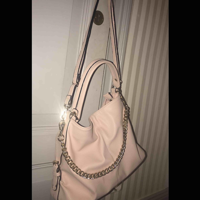 Sjukt snygg ljusrosa väska med guld detaljer!😍Använd ett fåtal gånger! Nyskick, precis som ny! Man får plats med precis lagom mycket!💗💗 . Väskor.