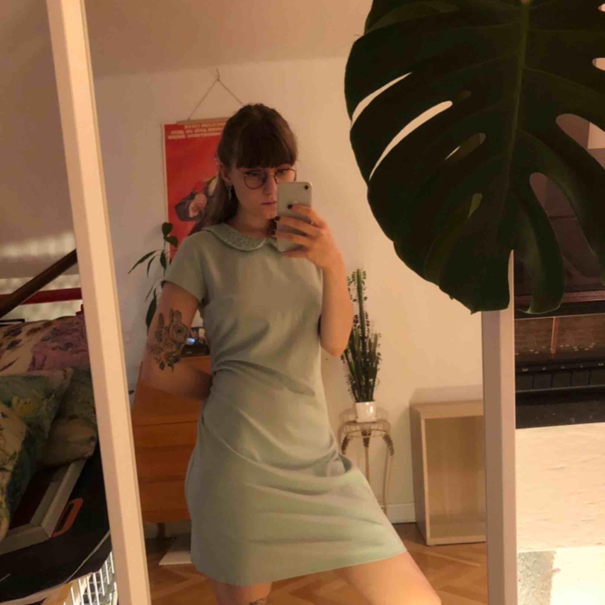 Jättegullig mintgrön klänning med paljettkrage ✨ Skriv om du undrar något . Klänningar.