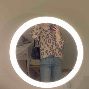 Säljer en mysig stickad leopardmönstrad tröja. Den är endast använd 2 ggr och köpt för ett år sedan. Tröjan passar flera storlekar beroende på hur man vill att den ska sitta. Skrev Barcelona som märke för att jag inte vet vad affären i Barcelona hette.
