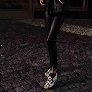 Snygga skinn byxor från Zara! Dom har en liten skada framme på knät, där av priset! Inget man tänker på!