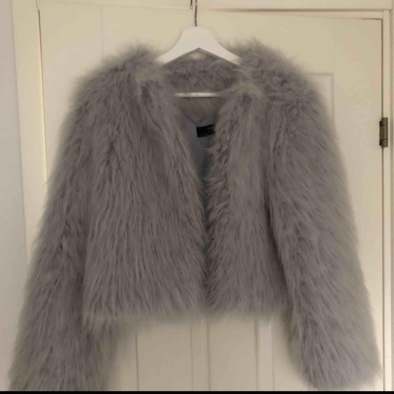 Säljer denna supersnygga fuskpälsjackan från Zara i stel S. Inte alls mycket använd så därför säljer jag den. I nyskick! Finns i Hässleholm men kan frakta mot fraktkostnad :) Inte prutbart.. Jackor.