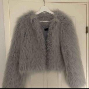 Säljer denna supersnygga fuskpälsjackan från Zara i stel S. Inte alls mycket använd så därför säljer jag den. I nyskick! Finns i Hässleholm men kan frakta mot fraktkostnad :) Inte prutbart.