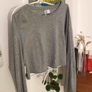 Skön rum långärmad T-shirt från hm i nytt skick. Den är luftig och har en snyggt upprullas kant och passar till allt !