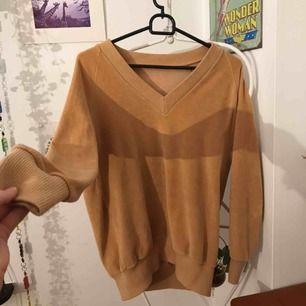 Fin och mysig orange/beige tröja. Den är i sammet och super fin på speciellt med silver smycken. Den är i använt skick men inga märken eller så