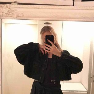 Avklippt svart jeansjacka. Färg: svart. Köpare står för frakt💘