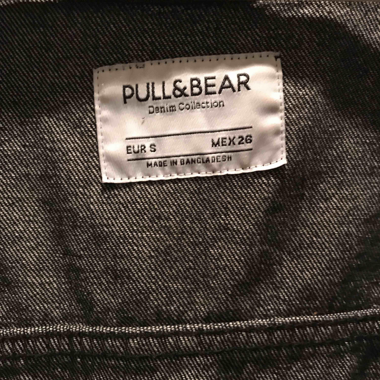 Avklippt svart jeansjacka. Färg: svart. Köpare står för frakt💘. Jackor.