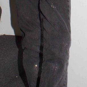 Jätte fina jeans från hm med glitter på! Glitter som på första bilden och samma modell som bilden efter!