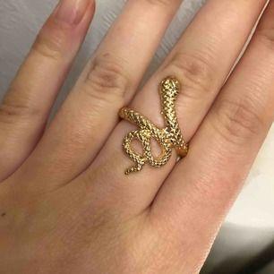 As snygg orm ring i guld, aldrig använd. Tror det är storlek 18🥰  frakten kostar 9kr, priset går självklart att diskutera