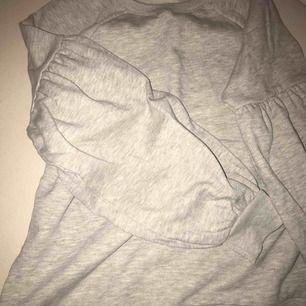 Grå sweatshirt, väldigt snygga armar då de är lite ballong formade, fint skick, 50kr+frakt