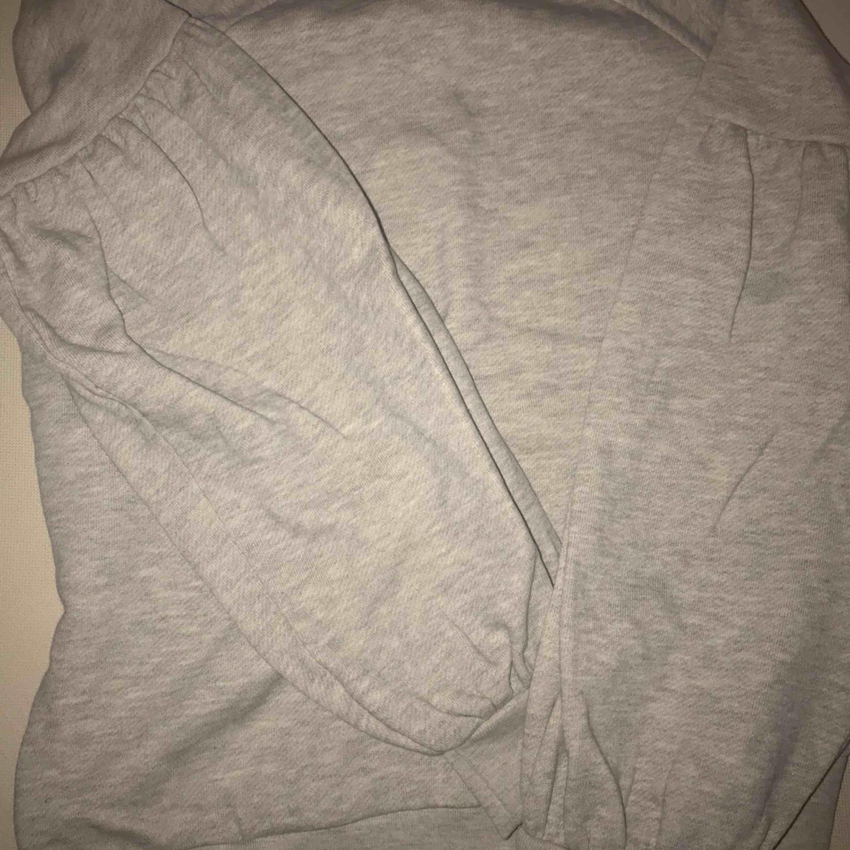 Grå sweatshirt, väldigt snygga armar då de är lite ballong formade, fint skick, 50kr+frakt . Tröjor & Koftor.