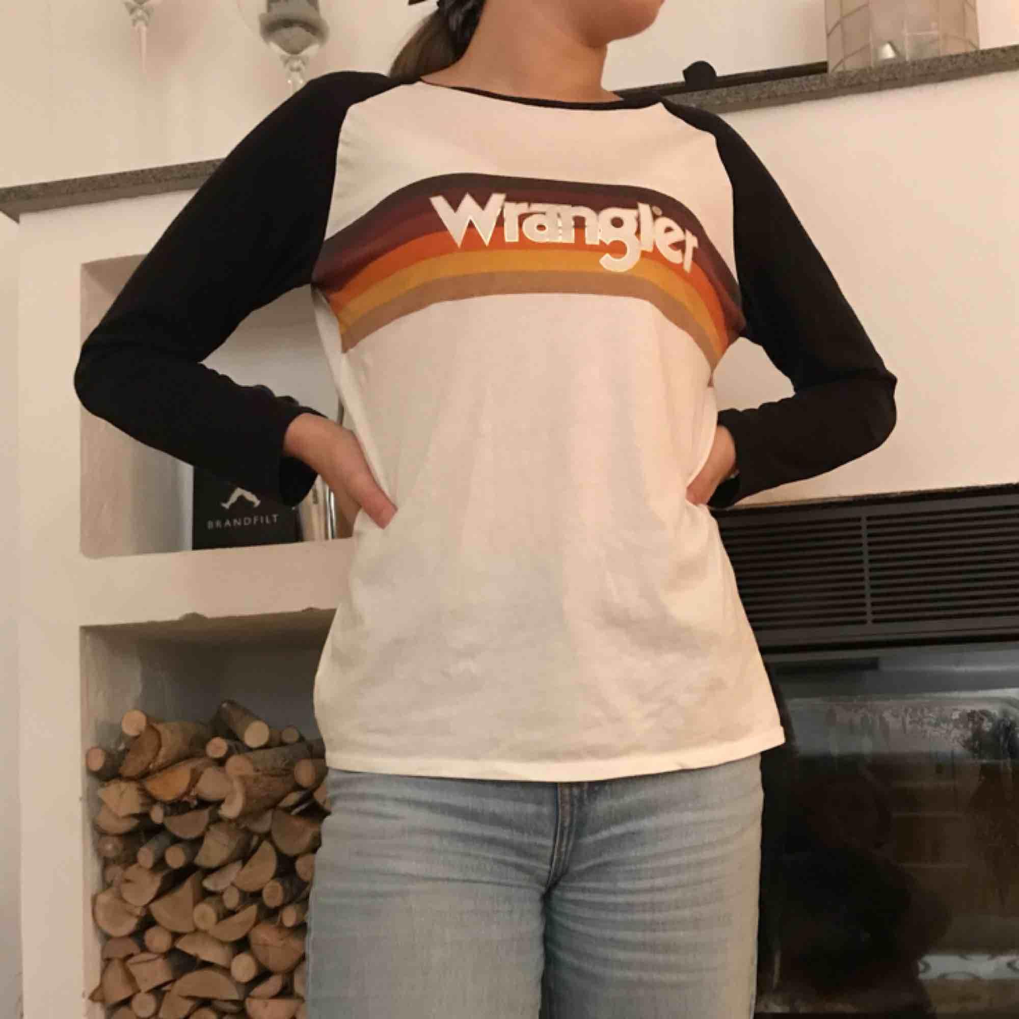 Tröja från Wrangler köpt på Carlings för ca ett år sedan. Säljer pga att den inte kommer till användning. Själv är jag storlek S och den sitter lite oversized. Köparen står för frakten🌼🌼. Tröjor & Koftor.