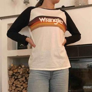Tröja från Wrangler köpt på Carlings för ca ett år sedan. Säljer pga att den inte kommer till användning. Själv är jag storlek S och den sitter lite oversized. Köparen står för frakten🌼🌼
